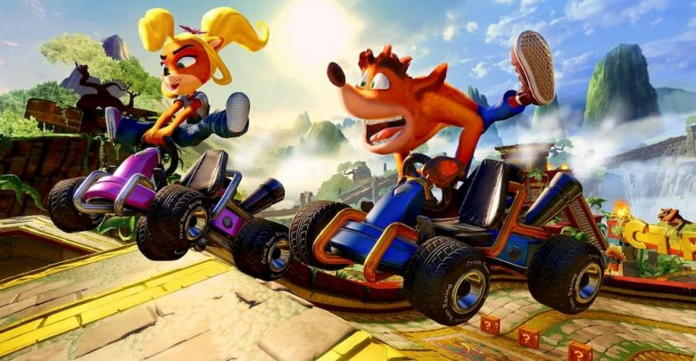 Crash y Coco corriendo en sus respectivos karts en Crash Team Racing Nitro-Fueled.